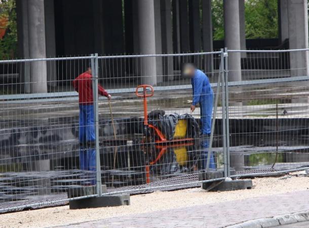 Vízlapátolás a 2010.04.31-én (!) elkészülő (?) Mária Valéria Hotelnél