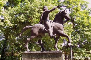 Fejtörő 8.: Szt. István lovasszobra