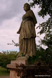 Fejtörő 22: Kőrösi Márk szobra