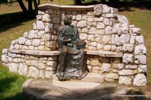 Fejtörő 32: Vitéz János szobra