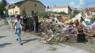 2011-06-01 Lakók takarítanak a Töltés utcában