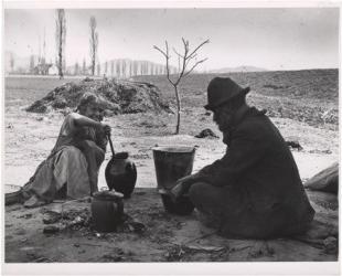 Ebéd (Cigány férfi és lánya fõzés közben). Esztergom, 1917. június 27.