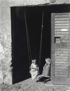 Hintázó gyerekek (Hinta). Esztergom, 1917. szeptember 26.
