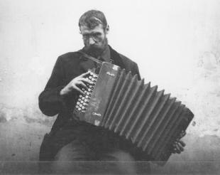 Harmonikás. Esztergom, 1916. október 21.