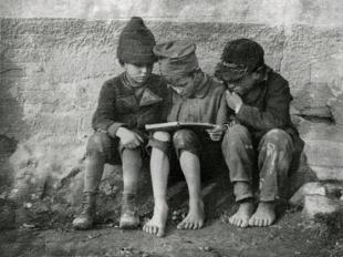 Könyvet olvasó gyerekek (Olvasó fiúk). Esztergom, 1915