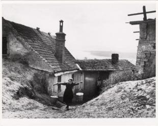 Vízhordó leány. Esztergom, 1918. április