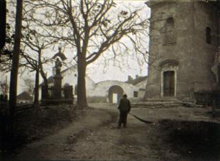 Utcaseprõ az alvégen (Söprögetés a belváros-ban). Esztergom, 1917. február 1.