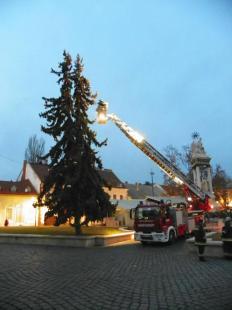 2011-12-06 A tűzoltók feldíszítették a főtéri karácsonyfát