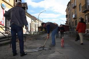 2012-04-02 Kátyúznak a piacosok a Simor János utcában