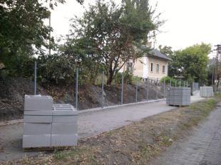 2012-09-02 Készül az új kerítés a vasútállomás mellett