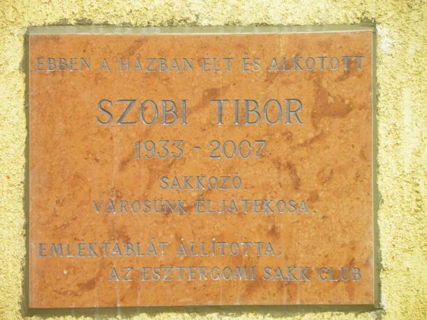 Szobi Tibor sakkozó frissen felavatott emléktáblája Szentgyörgymezőn