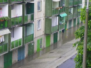 Az eső miatt víz alatt álló lakótelepi garázsok