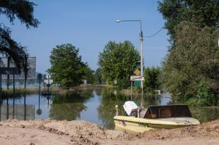 Csónak a 11-es úton vasárnap reggel