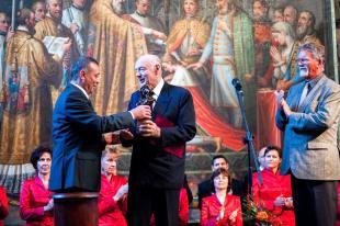 Bihari Antal átadja a Szent István-díjat Halzl Józsefnek, a Rákóczi Szövetség elnökének a Korona-teremben. Fotó: Mti/Szekeres Panna
