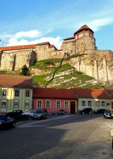 Titokzatos cső kígyózik le a vár oldalán (valószínűleg szemétledobó a felújítás során felhalmozódó törmelék eltakarításához).