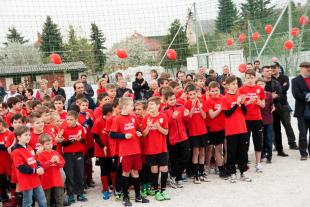 Ifjú focitehetségek örvendenek a pénteken átadott 3 új sportpálya megnyitóján.