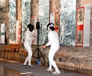 Fiatal vívók csapnak össze a Magyar Vívás Története című kiállítás megnyitóján, melynek apropója a Magyar Vívó Szövetség megalakulásának 100., és Pézsa Tibor tokiói olimpiai győzelmének 50. évfordulója volt.