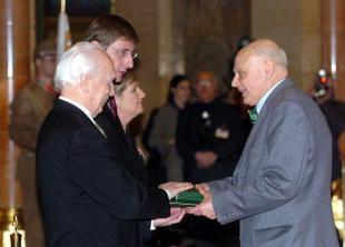 Mojzer Miklós átveszi a Magyar Köztársasági Érdemrend Középkeresztje (Polgári tagozat) kitüntetést 2005-ben. Fotó: MTI - Soós Lajos