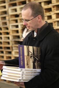 Aknai Péter és az ajándékkönyvek a legeredményesebb diákok rajztanárainak