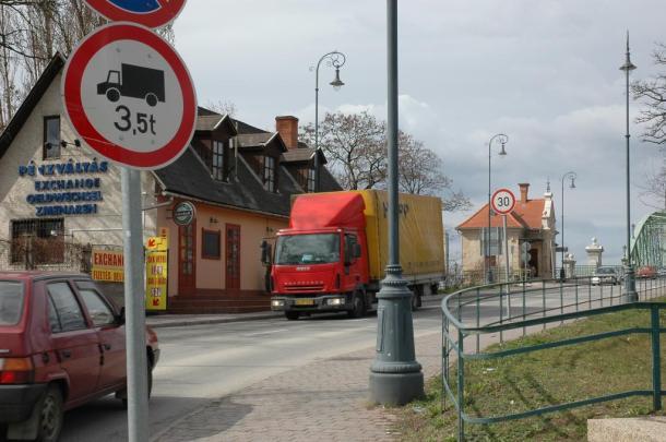 A híd elbírná a kamionokat, de a belváros nem