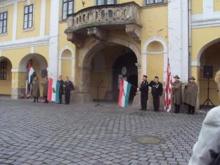 A városháza előtt kezdődött az ünnepség, a cserkészek és a díszőrök már készülődtek