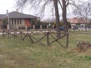 A temetőt ölelő fakerítés évek óta felújításra szorul