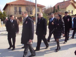A képviselők együtt érkeztek, őket kísérte az ünnepség legnagyobb kokárdájával Popovics György, a megyei közgyűlés elnöke