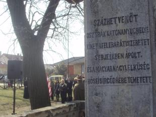 Osztrák és magyar katonák fekszenek egy nyughelyen