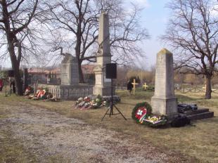 Kicserélték a temetőben az elkopott kereszteket