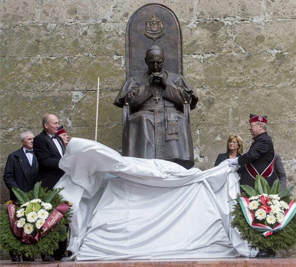Leleplezték Mindszenty szobrát