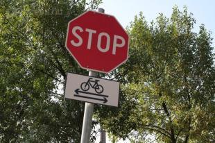 Teherkomphoz vezető út és biciklisút kereszteződése