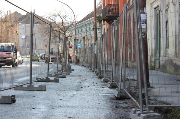 Folytatódik a belváros totális pusztulása: Kordont húztak a főutca két patinás épülete elé