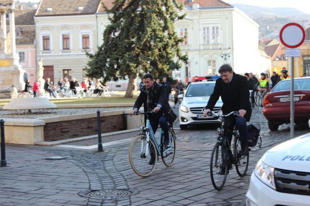 Romanek Etelka és Neuzer András is nyeregbe pattant: Fejlesztik majd Esztergom biciklis infrastruktúráját