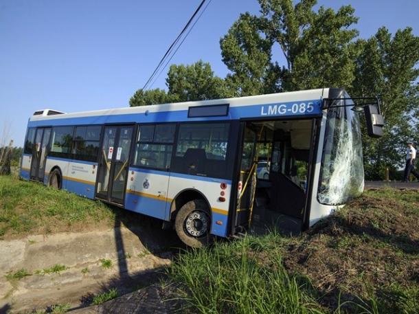 Árokba hajtott egy busz Süttőn