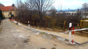 Felújítják a Dobó mögött húzódó (eddig nem nagyon létező) járdát. 2016-03-23