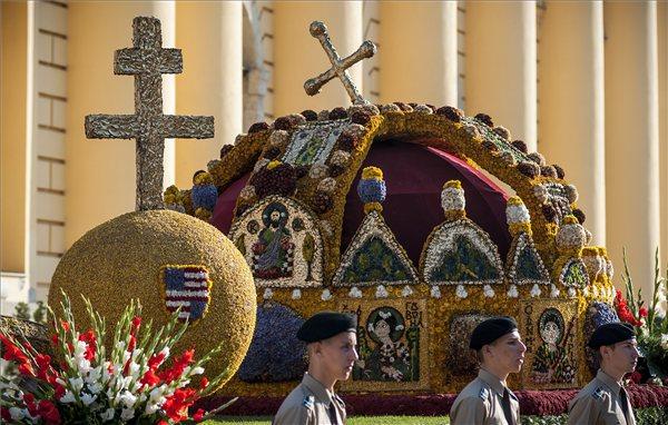 Székesfehérvár rástartolt a koronázási palástra, Esztergom hozná a Szent Koronát