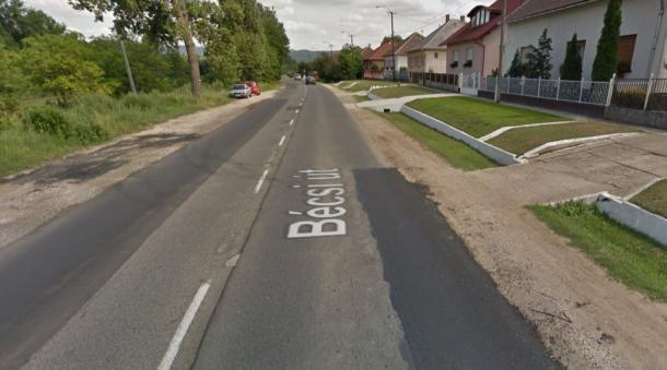 Este lezárták a 10-es utat: Motorkerékpáros ütközött személykocsival Leányváron