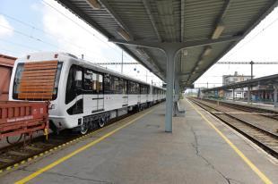 2016-05-25 A 3-as metró Moszkvában felújított, Magyarországra tartó metrószerelvényei a párkányi vasútállomáson ( MTI Fotó: Máthé Zoltán)