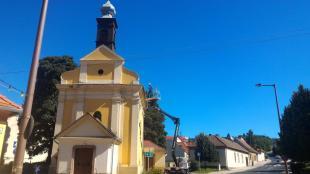 Tisztítják a Szent István-kápolna ereszét. 2016-07-04