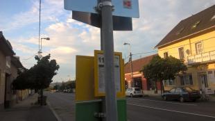 Új buszmegálló táblák kerülnek a Kiss János altábornagy utcára. 2016-07-22