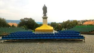 Bár a Magyarok Nagyasszonya nem fogja látni, sok érdekes előadás lesz a Bazilika előtt felállított színpadon. 2016-08-19