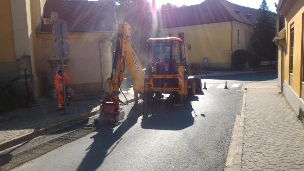 Javítják az utat az Imaház utca elején. 2016-08-23