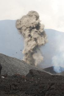 Az Etna egyik parazitakráterének kitörése 2008 júniusában
